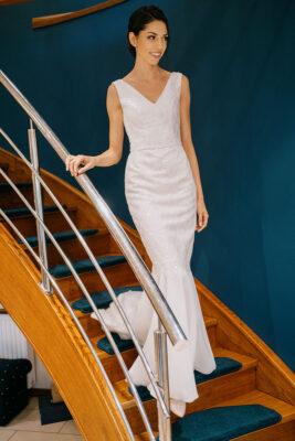 w sukni na schodach