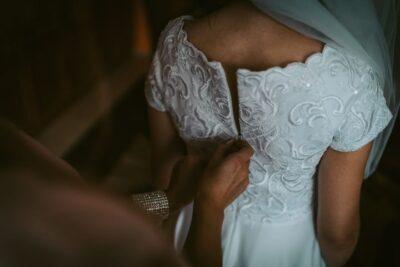 Rozpinanie sukni haftowanej